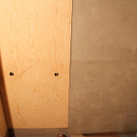 sosna w łazience, drewno w łazience, drewno łazienka, beton łazienka, beton i drewno łazienka, beton w łazience, drewniane ściany, ściany z drewno, ściany sklejka, skejka na ścianie, architekt wnętrz Warszawa, projektant wnętrz Warszawa, projektowanie wnętrz Warszawa, aranżacja wnętrz biurowych
